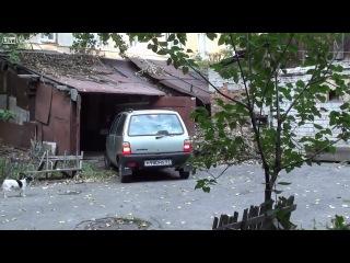 Женщина пытается поставить машину в гараж